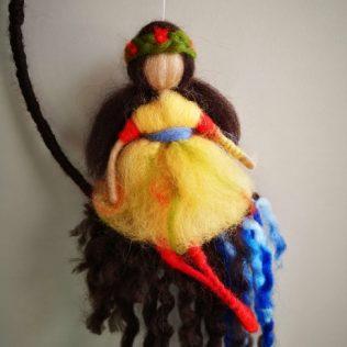 Muñeca con diadema en el pelo