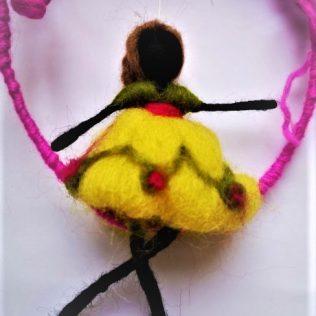 Muñeca con la flor de color negro