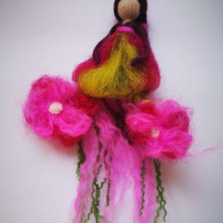 Hada con dos flores de color rosa