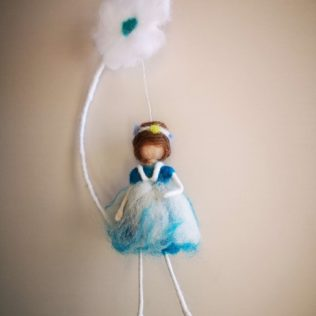 Muñeca de lana color azul y blanco