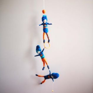 Acróbatas de color naranja y azul.