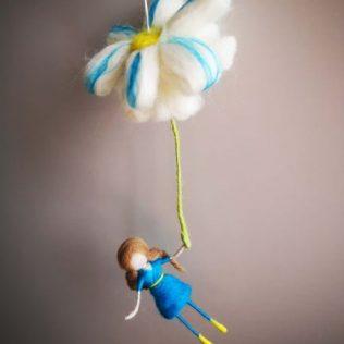 Bonita hada con una flor de color azul