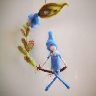 Duende azul con una flor
