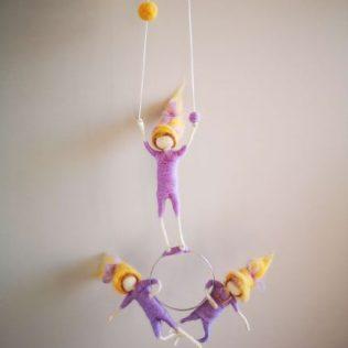 Acróbatas de color lila