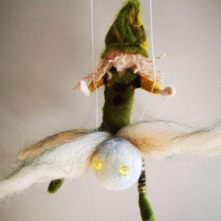 Duendecillo verde con la libélula.