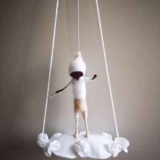 Muñeco duende en una nube