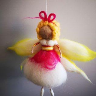Hada con alas de color blanco y amarillo