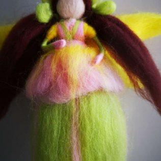 Hada inspiración Waldorf con alas amarillas