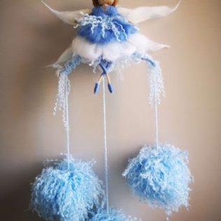 Hada azul con tres pompones de lana