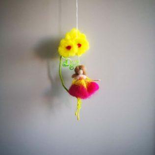 Hada con flores amarillas