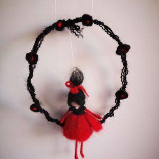 Hermosa hada de lana con el vestido rojo