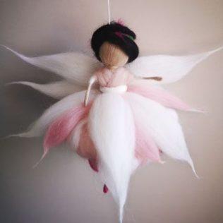 Hermosa hada con alas blancas