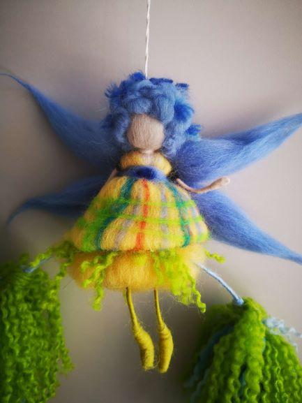 Preciosa hada con alas azules