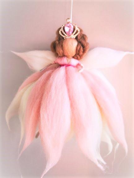 Reina hada de lana con vestido rosa