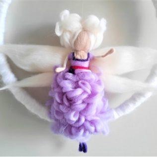 Hada con un vestido de flores lila.